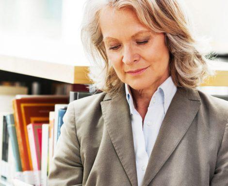 Frau bekommt Rechtsberatung zum akademischen Berufsrecht in Frankfurt