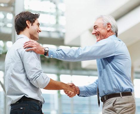 Zufriedener Arbeitgeber mit seinem Anwalt für Arbeitsrecht