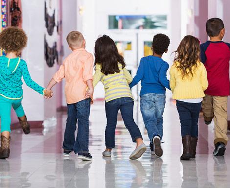 Kinder sind glücklich durch Ihre Kindergartenrechte