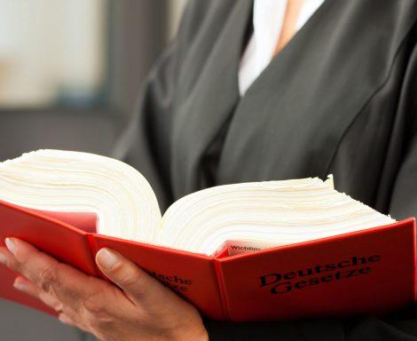 Anwalt für öffentliches Dienstrecht schaut im Gesetzbuch